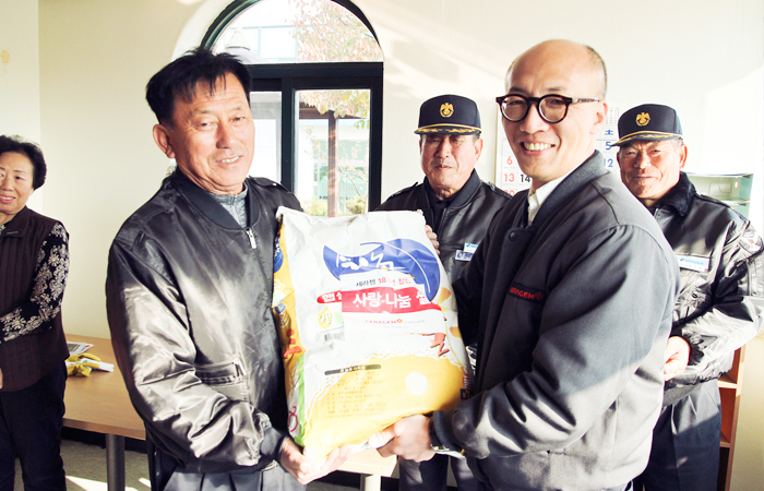 «С любовью дарим рис» службе охраны Сераджем
